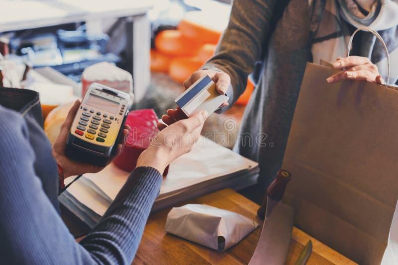 Klient płaci dla rozkazu ser w sklepu spożywczego sklepie fotografia royalty free