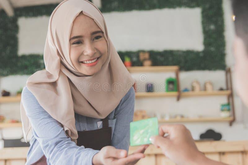Klient płaci jego rachunki używać kredytową kartę zdjęcie royalty free