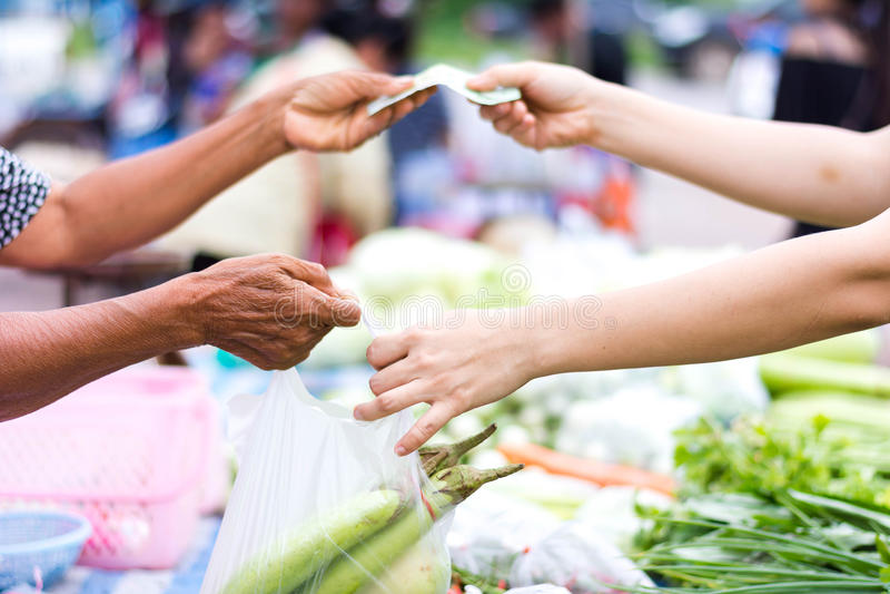 Klient płaci rachunek gotówką przy rynkiem zdjęcia stock