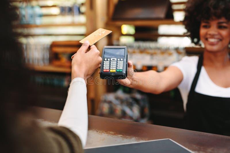 Klient płaci rachunek używać kartę zdjęcia stock