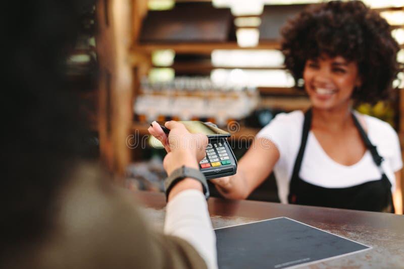Klient płaci rachunek używać kartę obraz royalty free