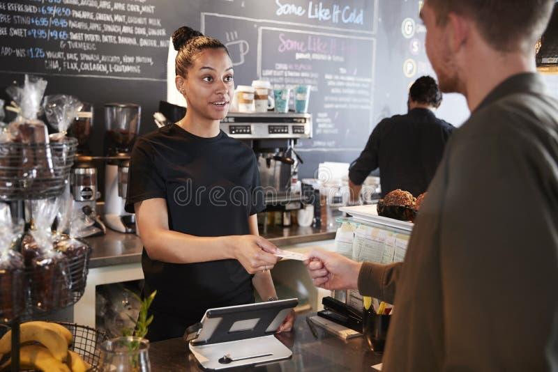 Klient Płaci W sklep z kawą Używać Kredytową kartę zdjęcia royalty free