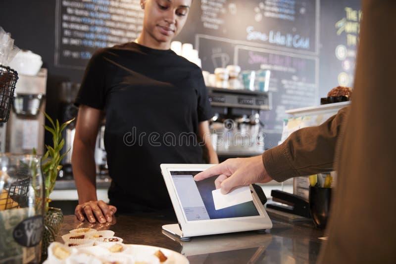 Klient Płaci W sklep z kawą Używać Kredytową kartę fotografia stock