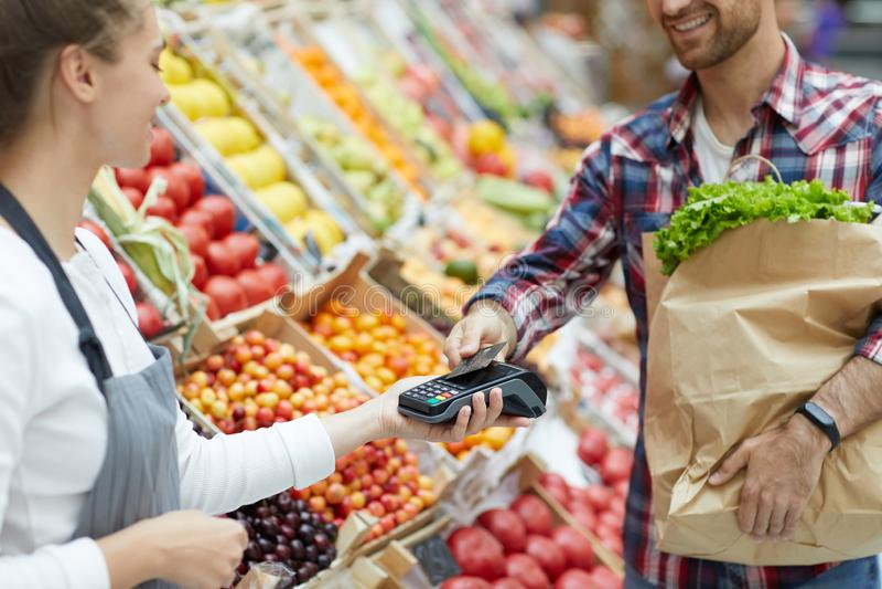 Klient Płaci w supermarkecie fotografia royalty free