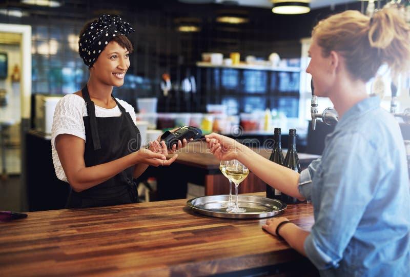 Klient płaci z kredytową kartą zdjęcie stock
