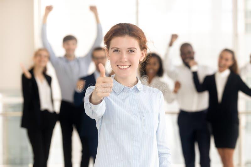 Klient pokazuje aprobaty satysfakcjonował z usługowymi pracownikami na tle obrazy stock