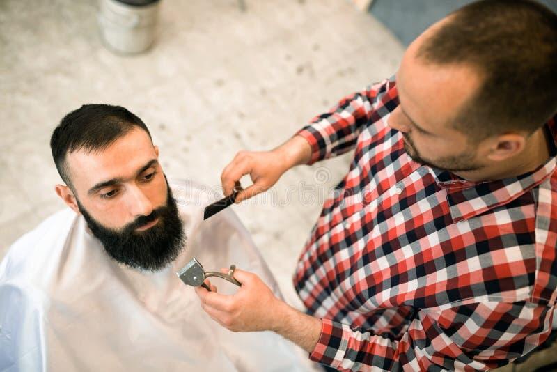 Klient przygotowywa przy fryzjera męskiego sklepem podczas brody i wąs obrazy royalty free