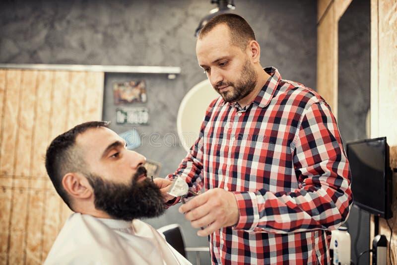 Klient przygotowywa przy fryzjerem męskim podczas brody i wąs zdjęcia stock