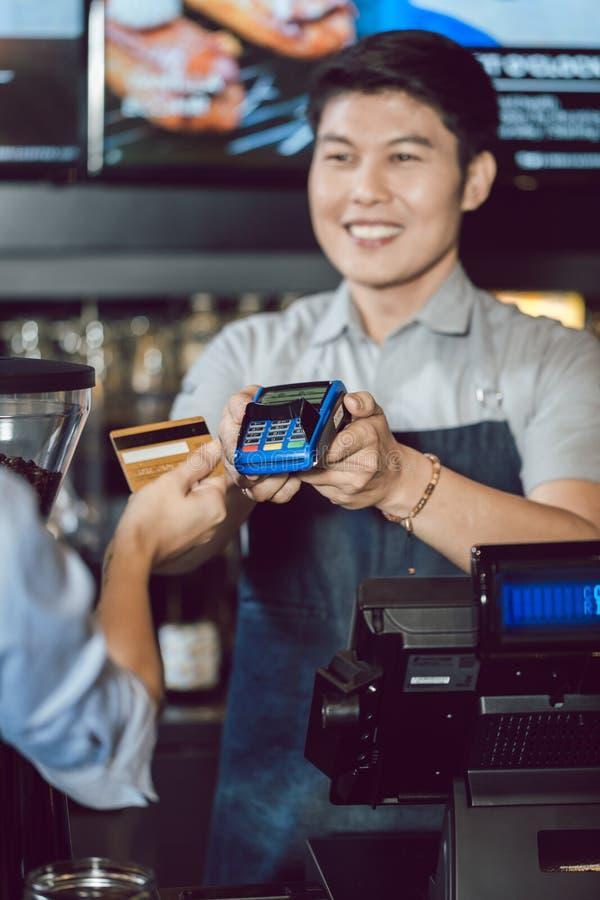 Klient robi bezprzewodowej płatniczej używa karcie kredytowej obrazy stock