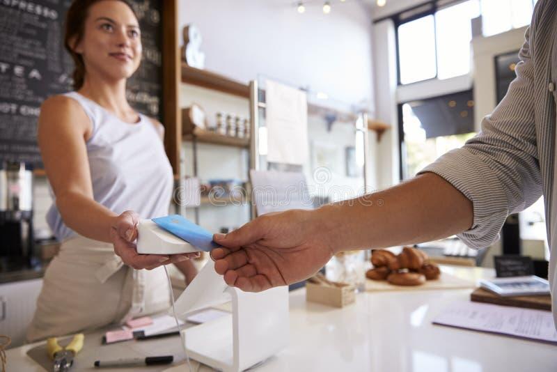 Klient robi contactless karcianej zapłacie przy sklep z kawą fotografia stock