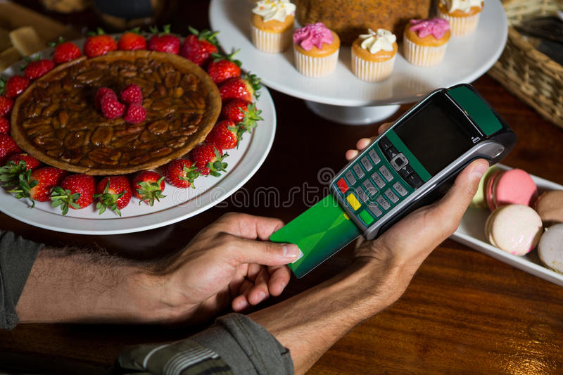 Klient robi zapłacie przez kredytowej karty przy kontuarem obraz stock