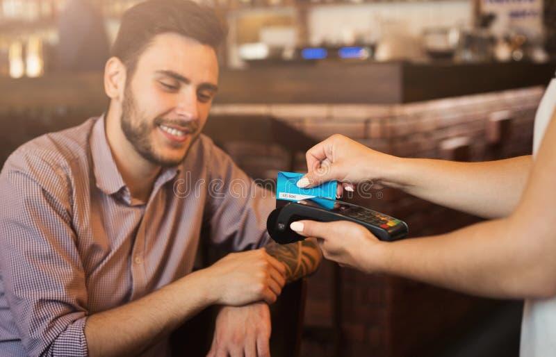 Klient robi zapłacie używać kredytową kartę fotografia stock
