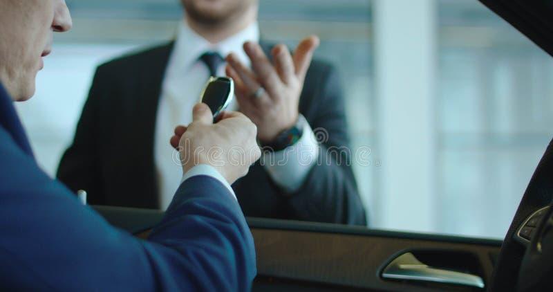 Klient som betalar för bil med kortet royaltyfria foton