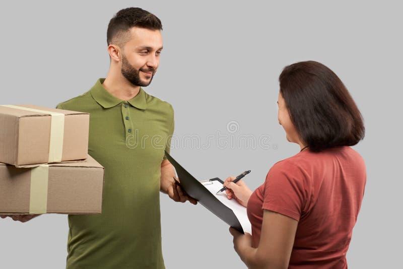 Klient som mottar askar från uttrycklig leverans royaltyfria bilder