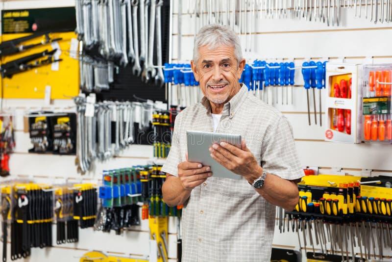Klient Trzyma Cyfrowej pastylkę W narzędzia sklepie obraz royalty free
