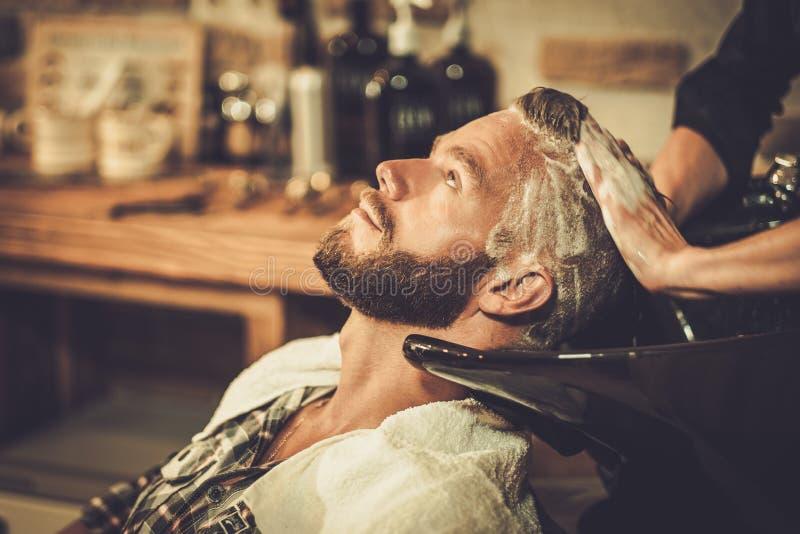 Klient w fryzjera męskiego sklepie zdjęcia royalty free