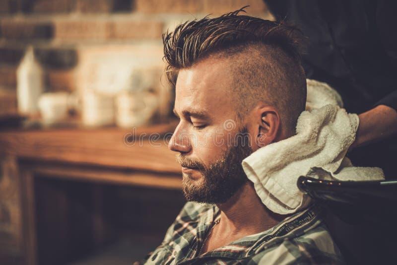 Klient w fryzjera męskiego sklepie zdjęcia stock