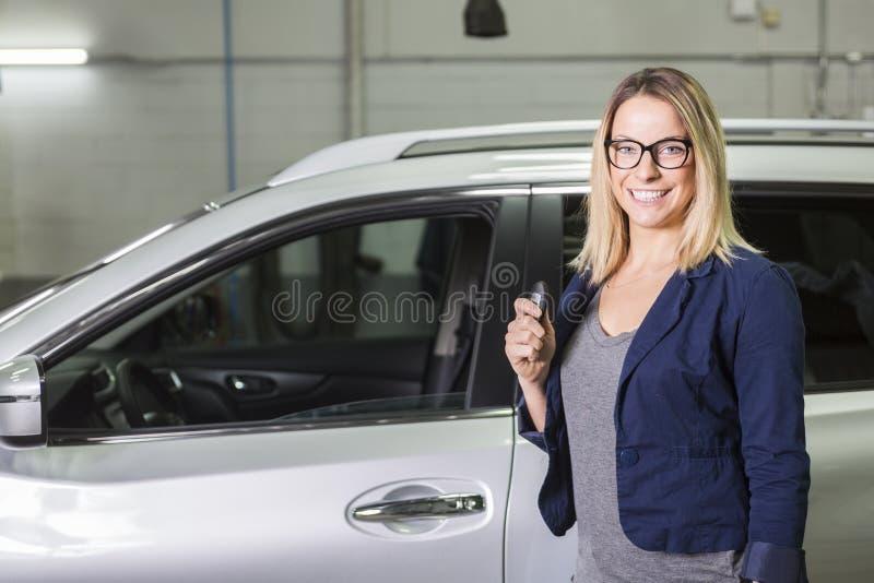 Klient w garażu z remontowym samochodem zdjęcie stock