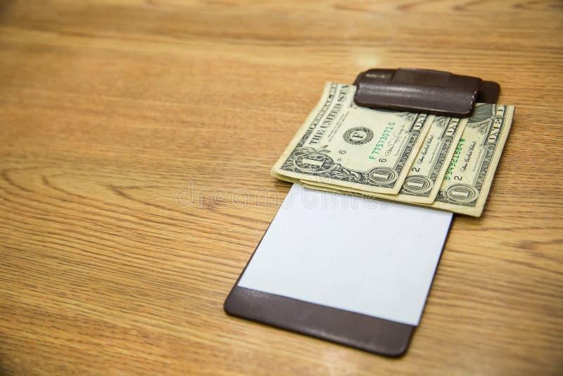 Klient wręczał gotówkę na rachunku papierze dolara amerykańskiego banknotu porady w rzemiennym czarnym rachunku kwicie zdjęcie royalty free