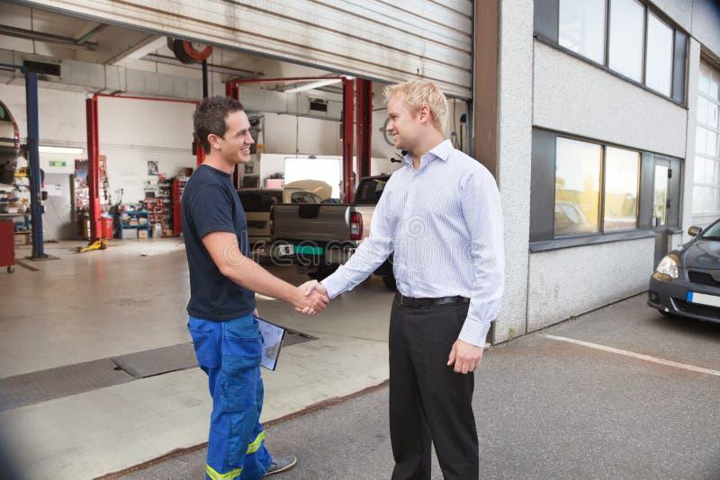 klient wręcza mechanika chwianie obrazy royalty free