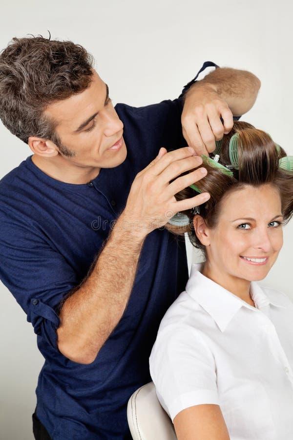 Klient Z Hairstylist fryzowania włosy Przy bawialnią zdjęcie stock