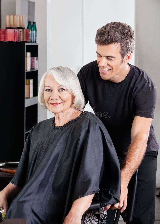 Klient Z Hairstylist pozycją Behind zdjęcie royalty free