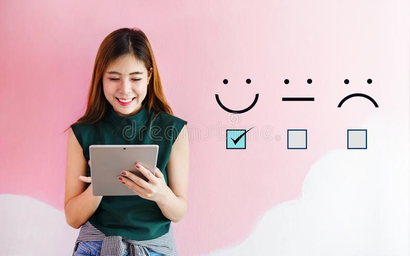 Klienta doświadczenia pojęcie, szczęśliwa klient kobieta trzyma cyfrową obraz royalty free