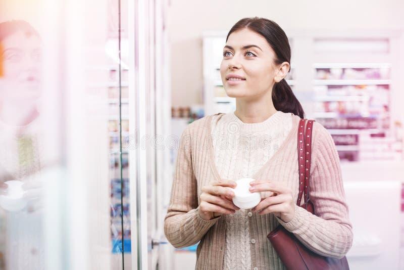 Klienta gmeranie dla życzącej rzeczy w sklepie zdjęcie royalty free
