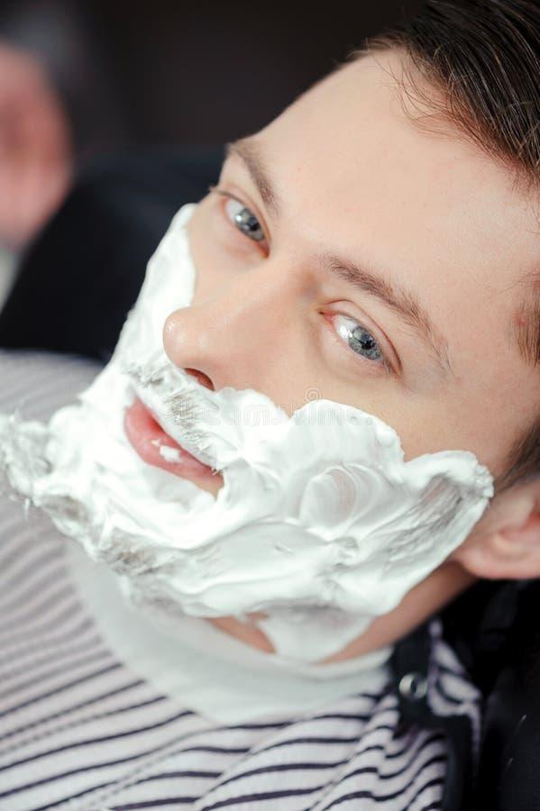 Klienta golenie przy fryzjera męskiego sklepem obraz stock