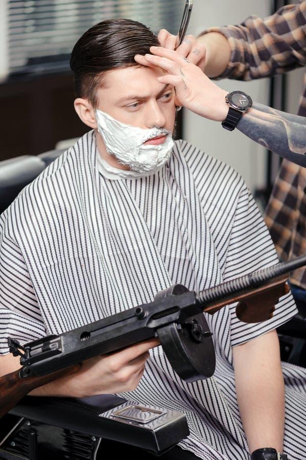 Klienta golenie przy fryzjera męskiego sklepem obrazy royalty free