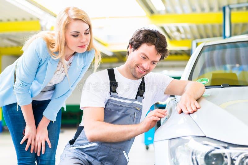 Klienta i samochodu malarz w auto warsztacie obrazy royalty free