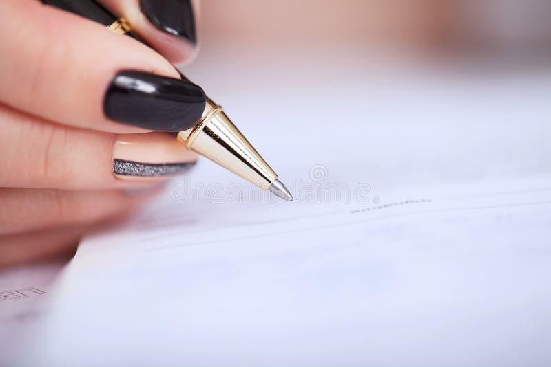 klienta podpisywania kontrakt, zgadzający się terminy i zatwierdzający zastosowanie, zdjęcie royalty free