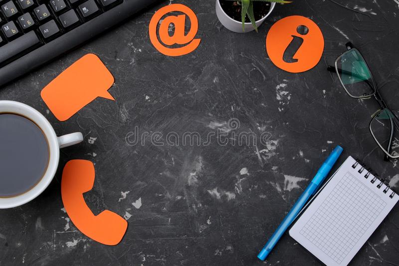 Klienta serwis pomocy Kontaktuje się my dla informacje zwrotne desktop z notepad i różnorodnymi informacji zwrotnych ikonami Odgó zdjęcia royalty free