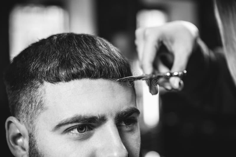 Klienten under sk?gg som rakar i barberare, shoppar arkivfoto