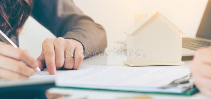 Klienttecknet dokumenterar f?r att k?pa huset och Real Estate arkivfoton