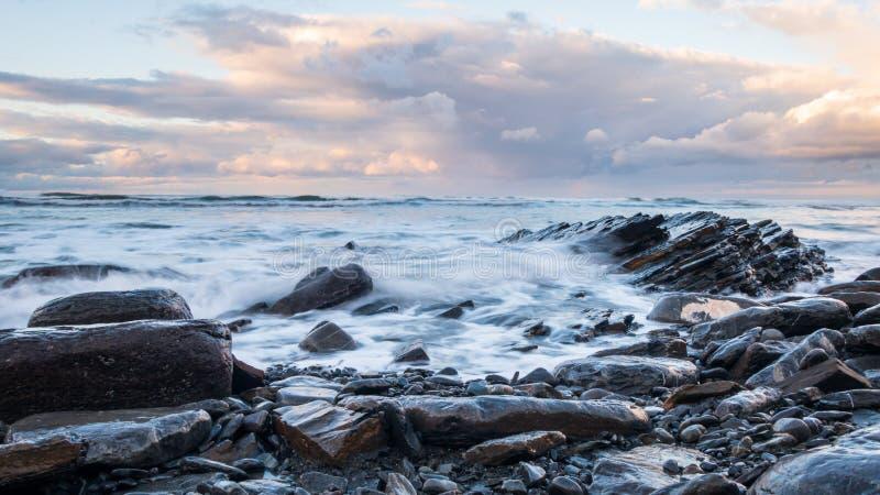 Klify Rocky Flysch w kraju Basków pod burzliwym niebem zdjęcie stock