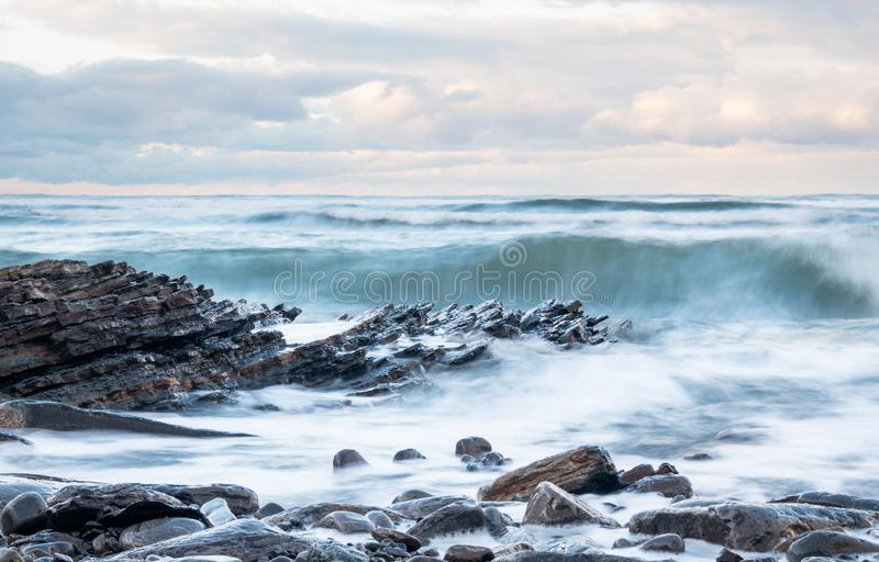 Klify Rocky Flysch w kraju Basków pod burzliwym niebem obraz stock