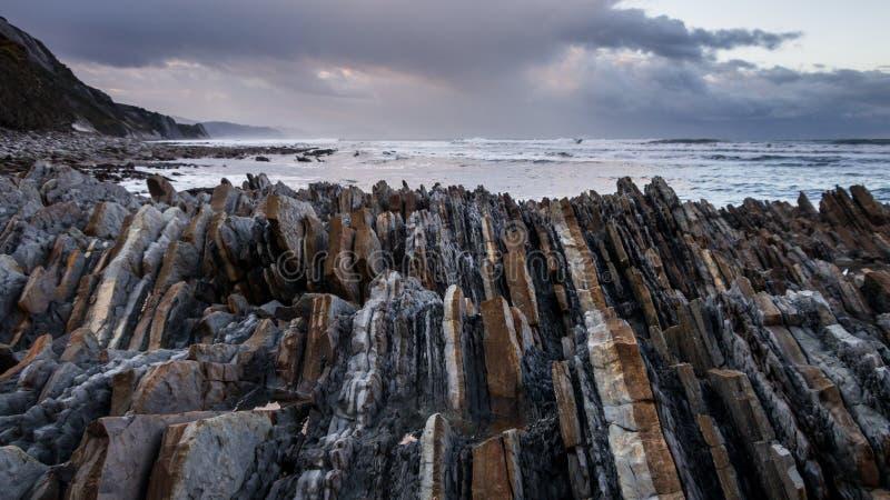 Klify Rocky Flysch w kraju Basków pod burzliwym niebem fotografia royalty free
