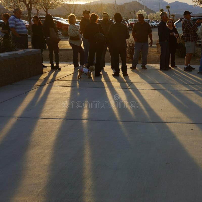 Klika wyborcy i odwiedzający czekają w linii wchodzić do kliki lokację w Las Vegas, Nevada, U S , na Wtorku, Feb 23, 2016 zdjęcia royalty free