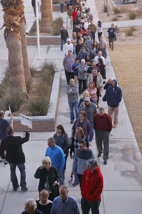 Klika wyborcy i odwiedzający czekają w linii wchodzić do kliki lokację w Las Vegas, Nevada, U S , na Wtorku, Feb 23, 2019 fotografia royalty free