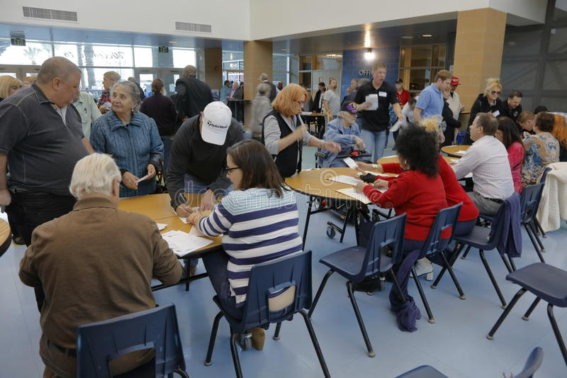 Klika wyborcy i odwiedzający czekają w linii wchodzić do kliki lokację w Las Vegas, Nevada, U S , na Wtorku, Feb 23, 2025 zdjęcia stock