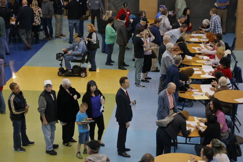 Klika wyborcy i odwiedzający czekają w linii wchodzić do kliki lokację w Las Vegas, Nevada, U S , na Wtorku, Feb 23, 2027 obraz royalty free