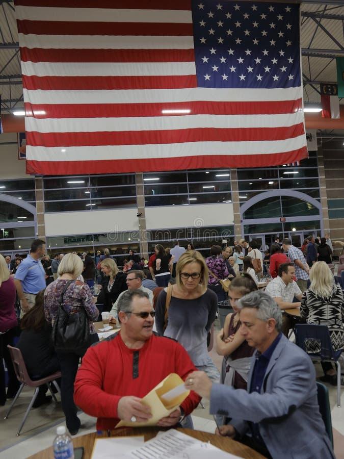Klika wyborcy i odwiedzający czekają w linii wchodzić do kliki lokację w Las Vegas, Nevada, U S , na Wtorku, Feb 23, 2022 obraz stock
