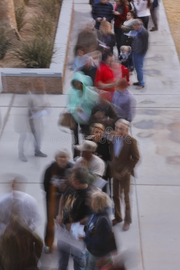 Klika wyborcy i odwiedzający czekają w linii wchodzić do kliki lokację w Las Vegas, Nevada, U S , na Wtorku, Feb 23, 2020 zdjęcie royalty free