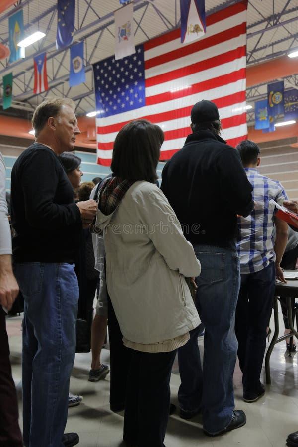 Klika wyborcy i odwiedzający czekają w linii wchodzić do kliki lokację w Las Vegas, Nevada, U S , na Wtorku, Feb 23, 2024 fotografia royalty free
