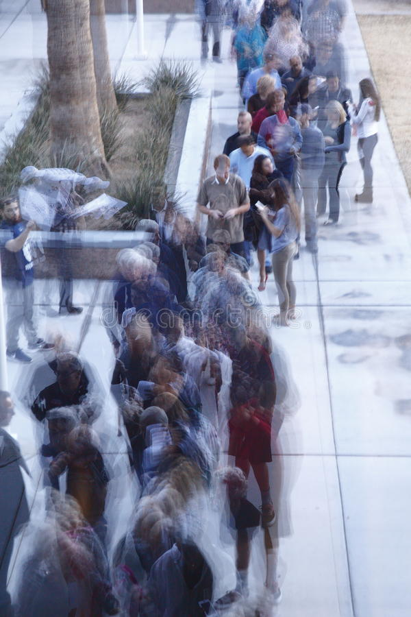 Klika wyborcy i odwiedzający czekają w linii wchodzić do kliki lokację w Las Vegas, Nevada, U S , na Wtorku, Feb 23, 2021 zdjęcie stock