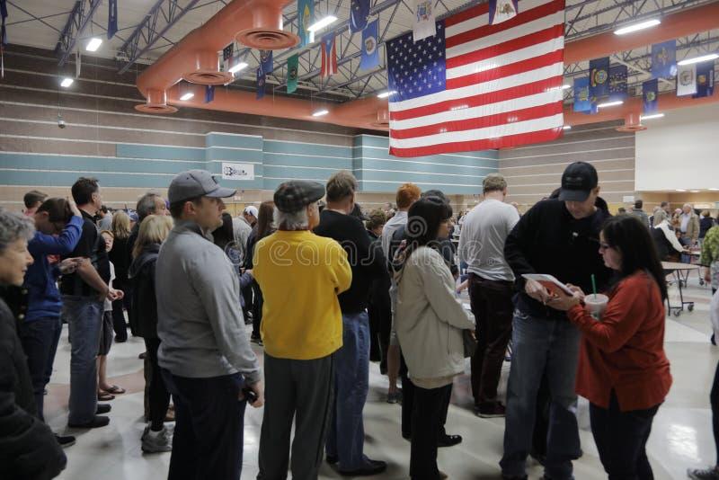 Klika wyborcy i odwiedzający czekają w linii wchodzić do kliki lokację w Las Vegas, Nevada, U S , na Wtorku, Feb 23, 2023 obraz stock