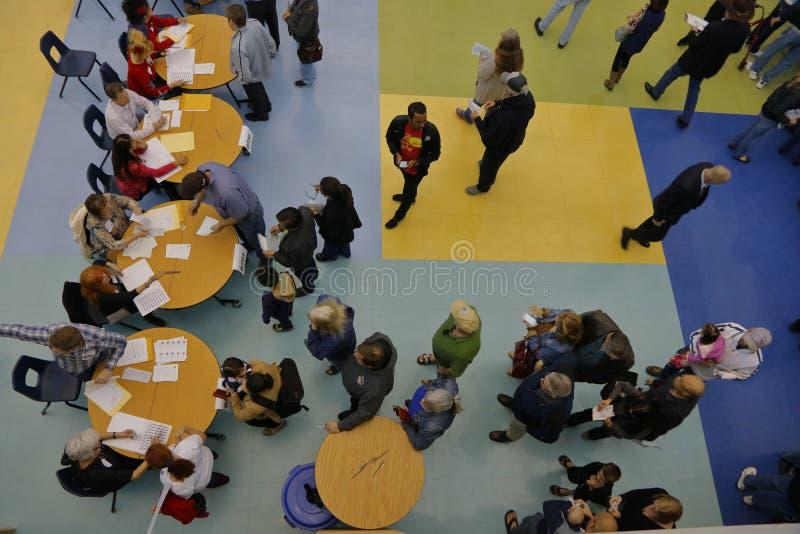 Klika wyborcy i odwiedzający czekają w linii wchodzić do kliki lokację w Las Vegas, Nevada, U S , na Wtorku, Feb 23, 2028 zdjęcie stock