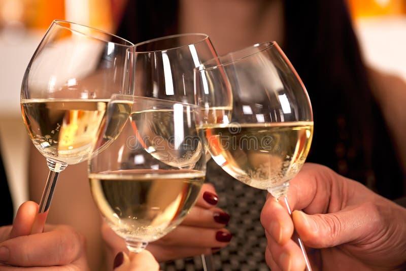 Klikkende glazen met witte wijn. royalty-vrije stock afbeeldingen