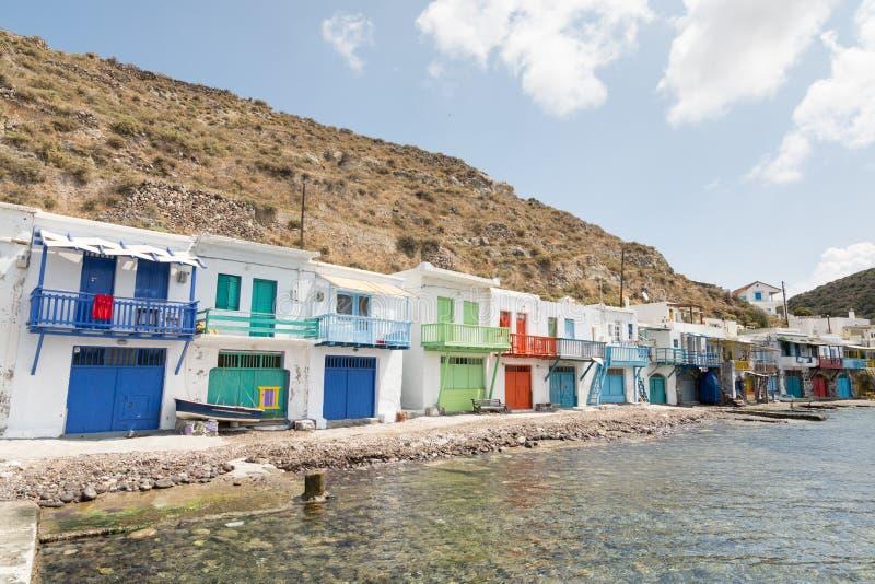 KLIMA, GRÉCIA - EM MAIO DE 2018: Casas velhas de Colourfull na cidade dos pescadores de Klima em Milos ilha, Grécia imagem de stock